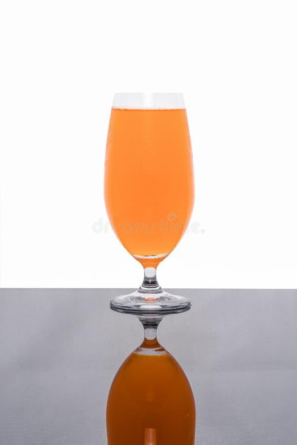在白色隔绝的杯新鲜的橙汁 免版税库存图片