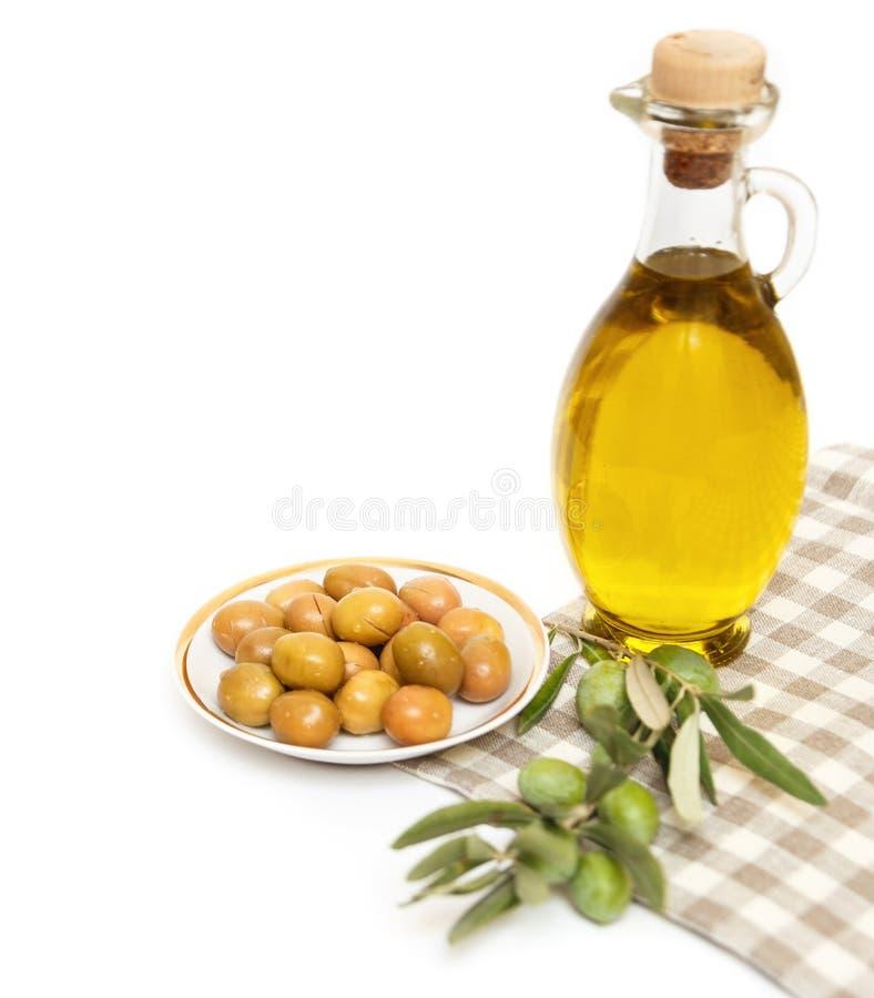 在白色隔绝的橄榄油和橄榄树枝 库存图片