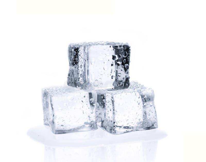 在白色隔绝的熔化的冰块 免版税库存图片