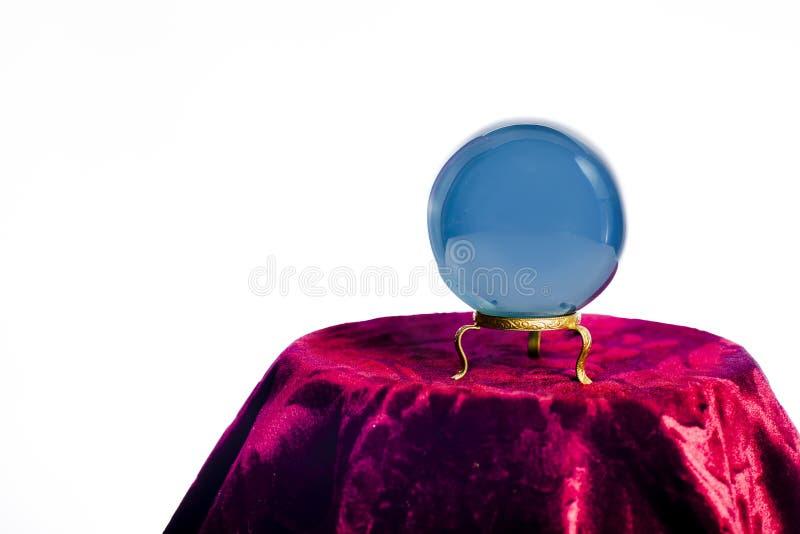 在白色隔绝的算命者的水晶球 免版税库存照片
