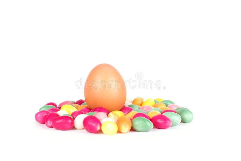 在白色隔绝的糖果鸡蛋 免版税库存照片