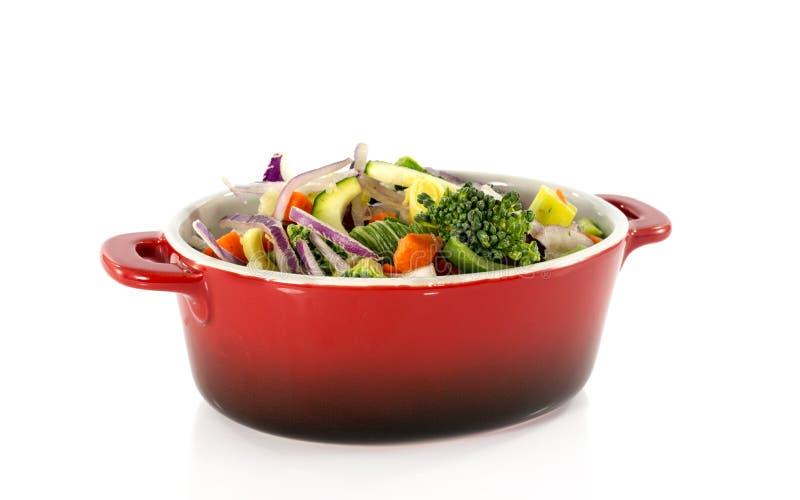 在红色平底深锅的素食食物 免版税库存图片