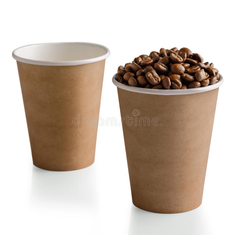 在白色隔绝的纸杯的咖啡豆 库存照片