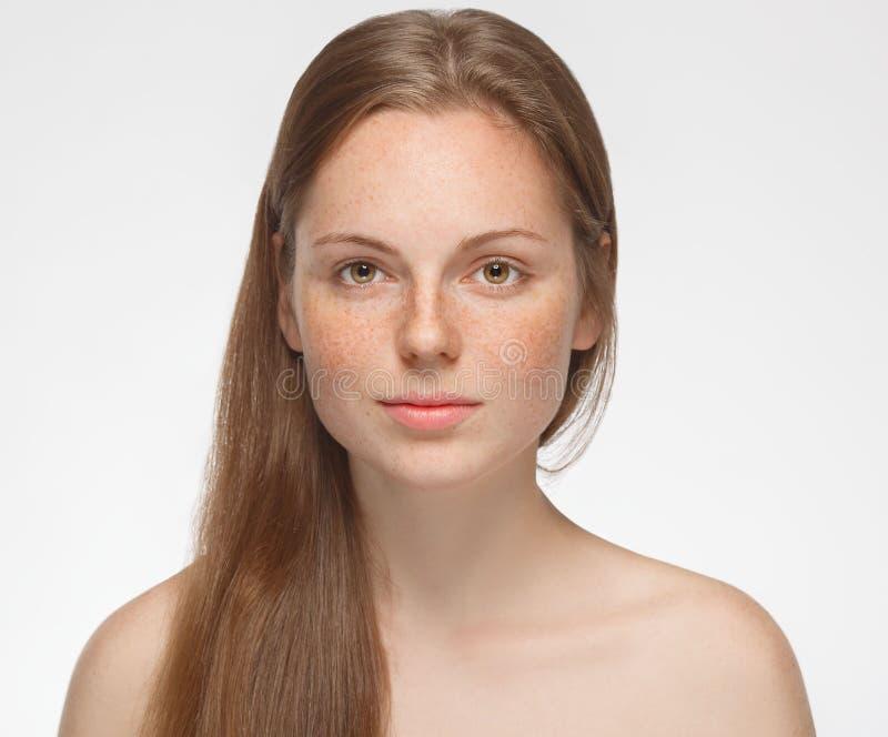 在白色隔绝的美丽的妇女面孔画象年轻人 库存照片