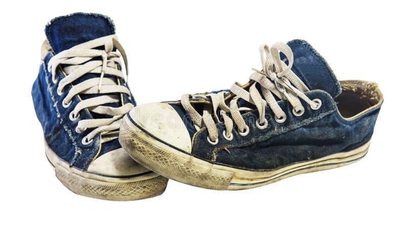 在白色隔绝的老肮脏的运动鞋 免版税库存图片