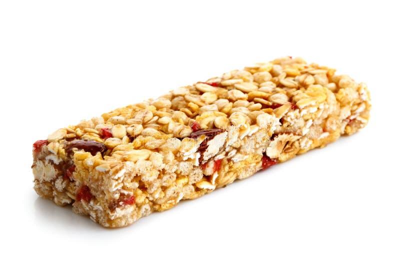 在白色隔绝的草莓、燕麦和坚果棒 库存照片