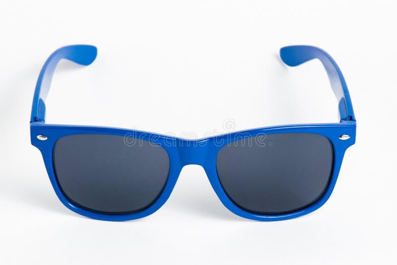 在白色隔绝的蓝色塑料太阳镜 免版税库存照片