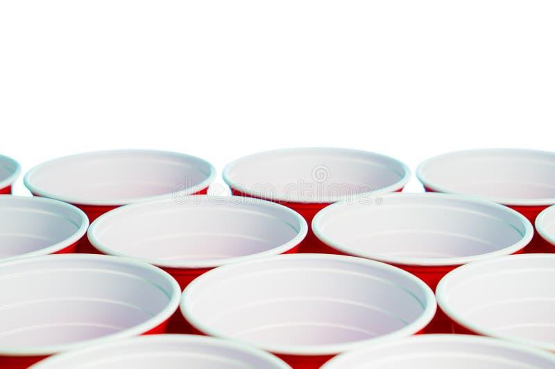 在白色隔绝的许多红色党杯子 关闭学院有自由空的空白的拷贝空间的酒精容器文本的 库存照片