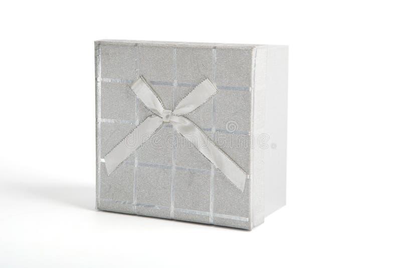 在白色隔绝的银色圣诞节礼物礼物盒 库存图片