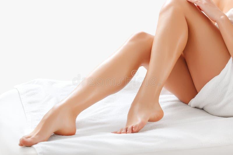 在白色隔绝的长的妇女腿。去壳 免版税库存图片