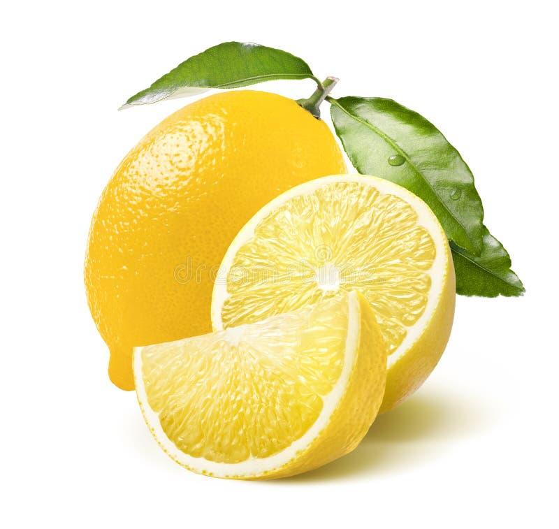 在白色隔绝的整个柠檬、一半和处所切片 库存图片