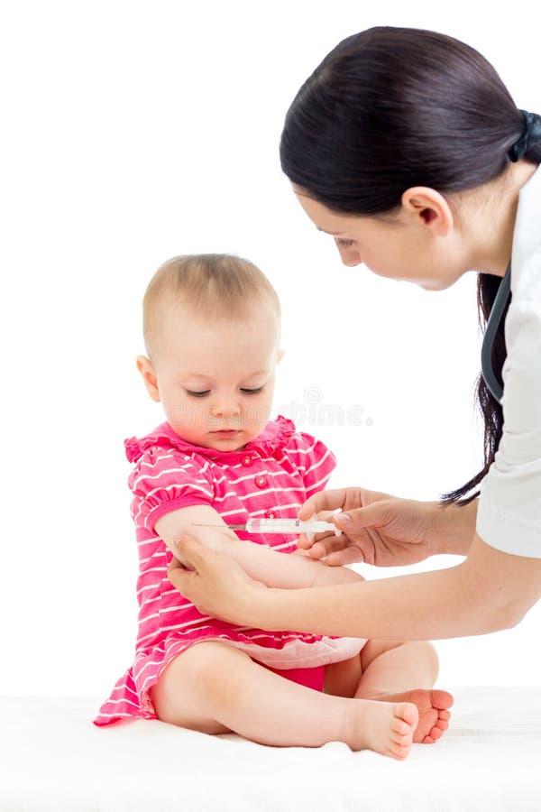 在白色隔绝的医生接种的婴孩 库存照片