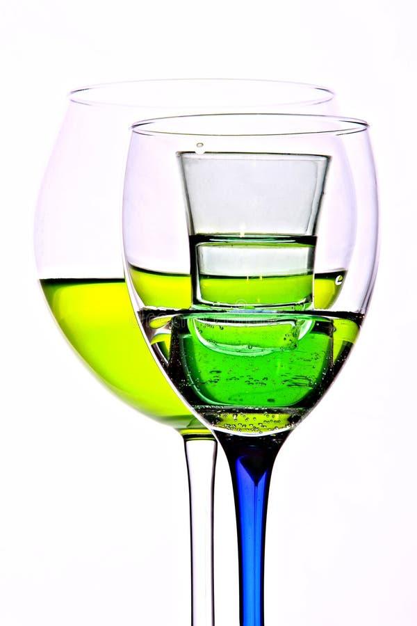 在白色隔绝的绿色鸡尾酒 免版税库存照片