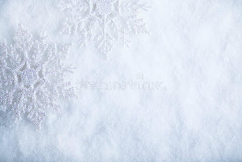 在白色霜雪背景的两美丽的闪耀的葡萄酒雪花 冬天和圣诞节概念 图库摄影
