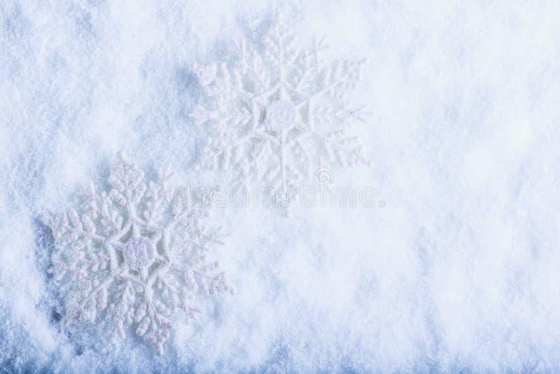 在白色霜雪背景的两美丽的闪耀的葡萄酒雪花 冬天和圣诞节概念 免版税库存图片