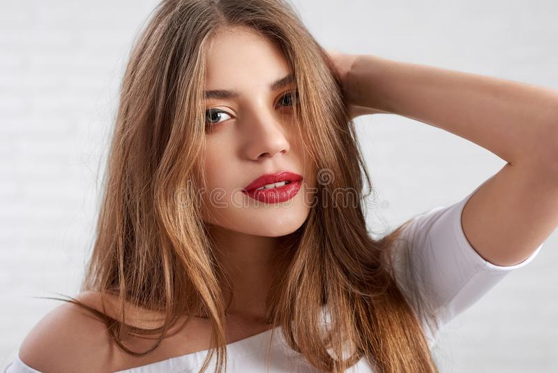 在白色顶面佩带的眼睛的有吸引力的白种人女性模型组成和红色唇膏 库存图片