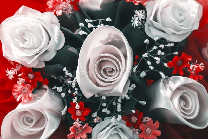 在白色颜色和红色的花束玫瑰开花 免版税库存照片