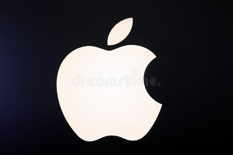在白色颜色的苹果计算机商标 库存照片