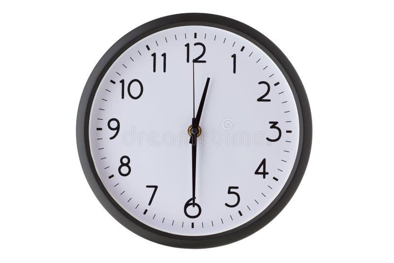 在白色,一半的圆的办公室壁钟通过十二 免版税库存照片
