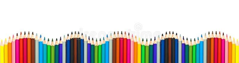 在白色,全景背景隔绝的五颜六色的木铅笔波浪,回到学校概念 免版税库存照片