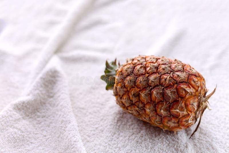 在白色织品的整个菠萝 免版税库存照片