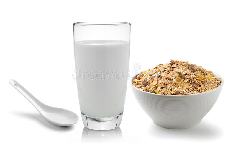在白色bac和muesli早餐的新鲜的牛奶安置的玻璃 库存照片