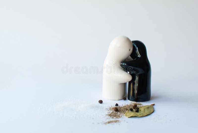 在白色bacground的陶瓷盐和胡椒罐 库存照片