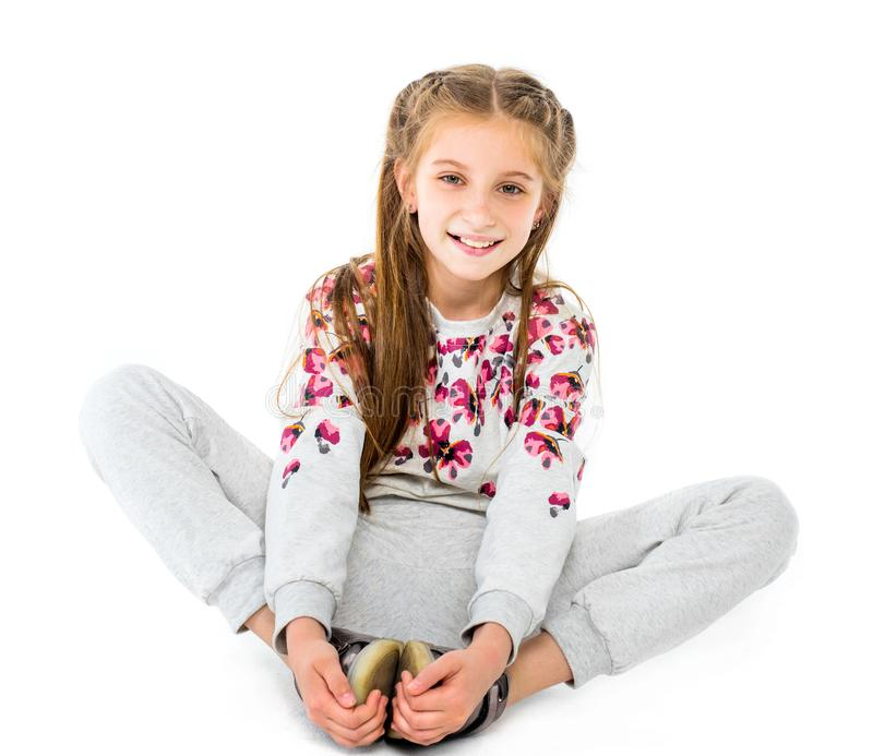 在白色backg供以座位的蝴蝶舒展隔绝的十几岁的女孩 免版税库存照片