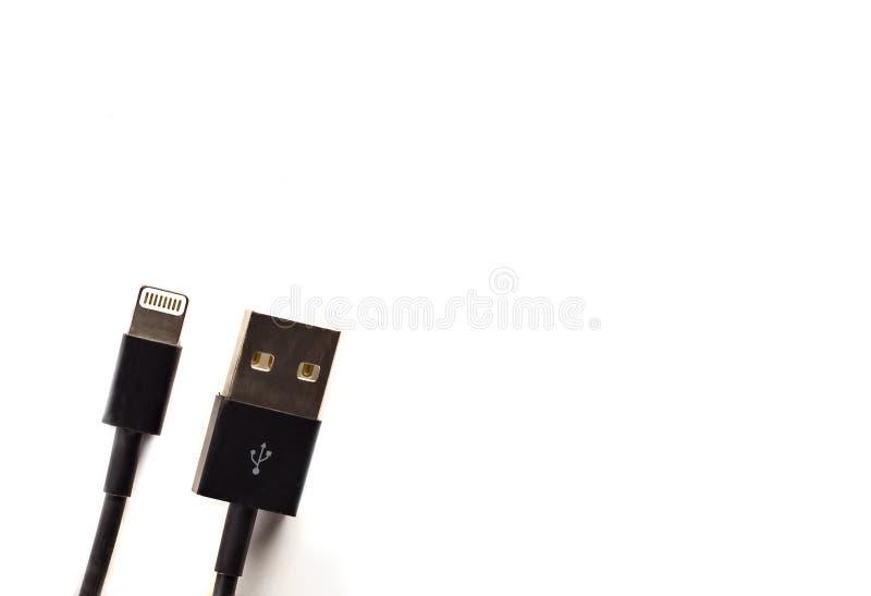 在白色backgound的USB闪电流动充电的缆绳 免版税库存图片
