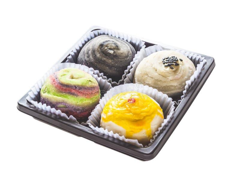 在白色backgr或月饼隔绝的五颜六色的中国酥皮点心 免版税库存图片