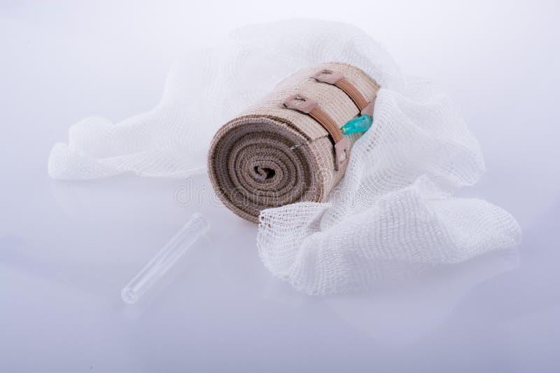 在白色backgro安置的吸收剂纱、绷带和射入 库存照片