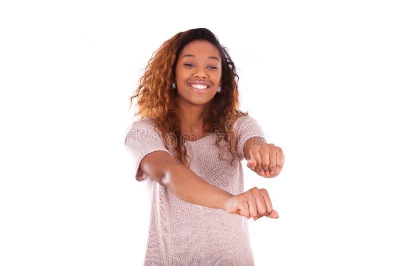 在白色backgrou隔绝的愉快的年轻非裔美国人的跳舞 库存照片