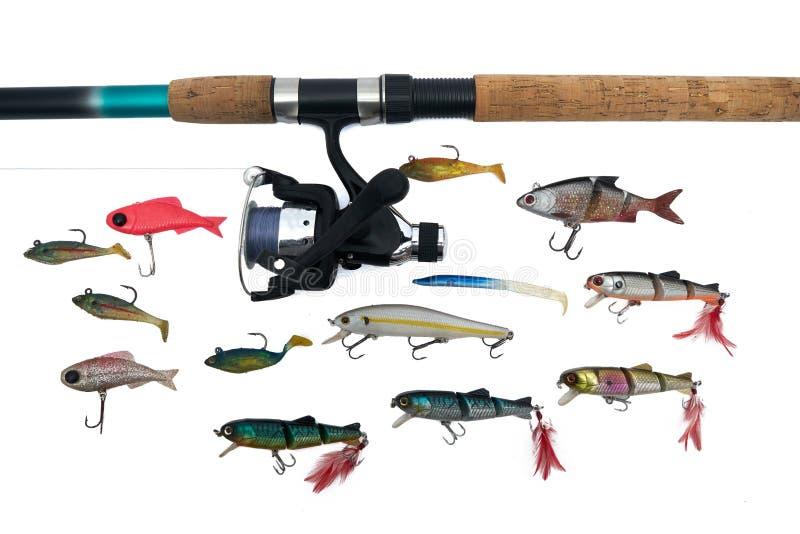 在白色backgroun和鱼饵隔绝的实心挑料铁杆、卷轴 库存图片