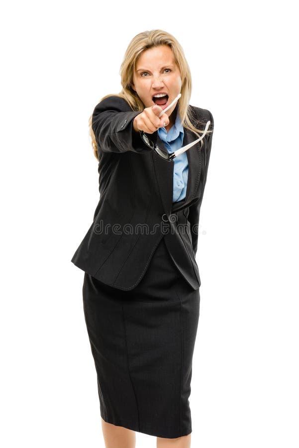 在白色backgroun隔绝的恼怒成熟的商业妇女指向 免版税库存照片