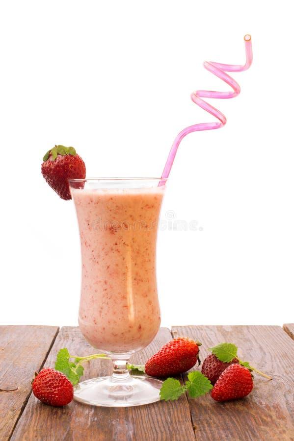 在白色backgroundail隔绝的草莓牛奶cocktstrawberry奶昔 r 图库摄影