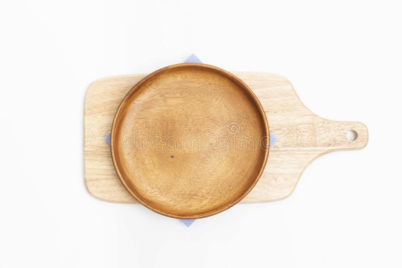 在白色backgroundEmpty板材、蓝色餐巾和木切板的烘烤的成份在白色背景 库存照片