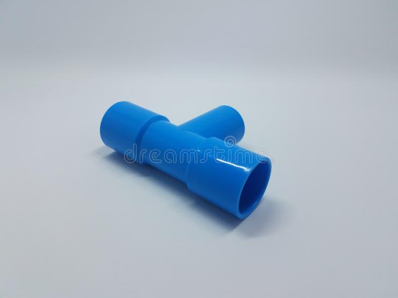在白色backround的蓝色塑料管子连接器 库存照片
