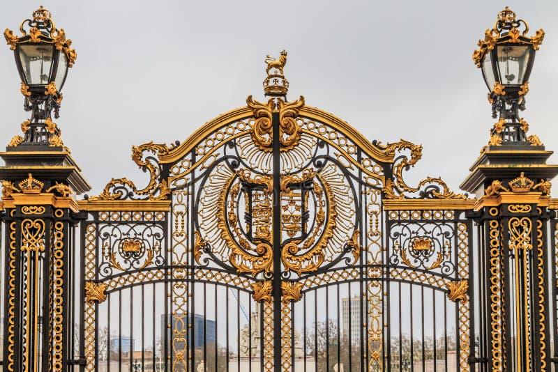 在白金汉宫的华丽门,伦敦 免版税库存图片