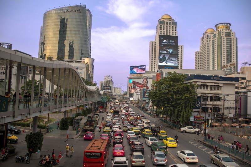 在白金购物中心附近的拥挤的街在曼谷 免版税库存照片