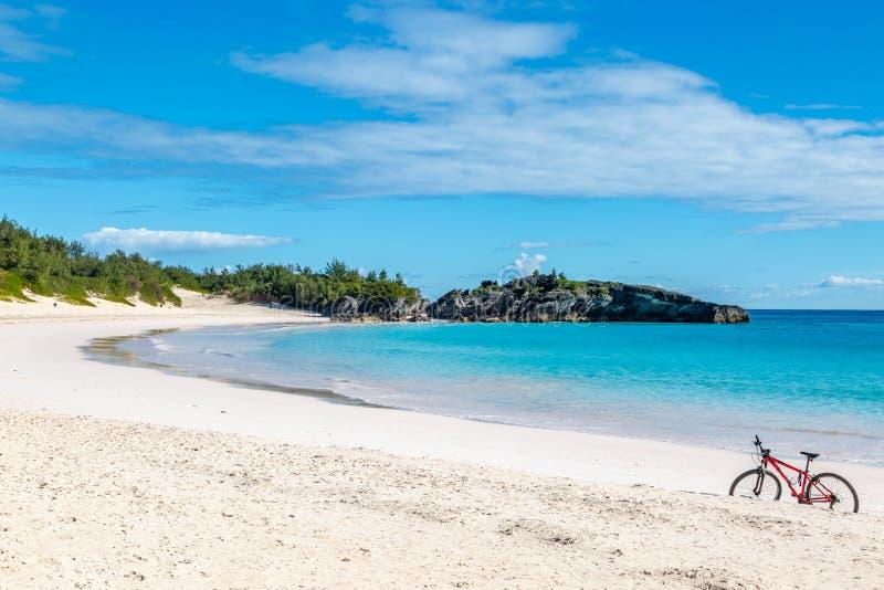 在百慕大人海滩的一辆自行车 图库摄影
