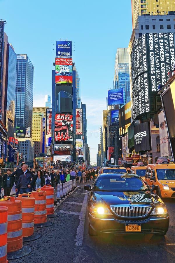 在百老汇和第7条大道的繁忙的交通在时代广场 库存图片