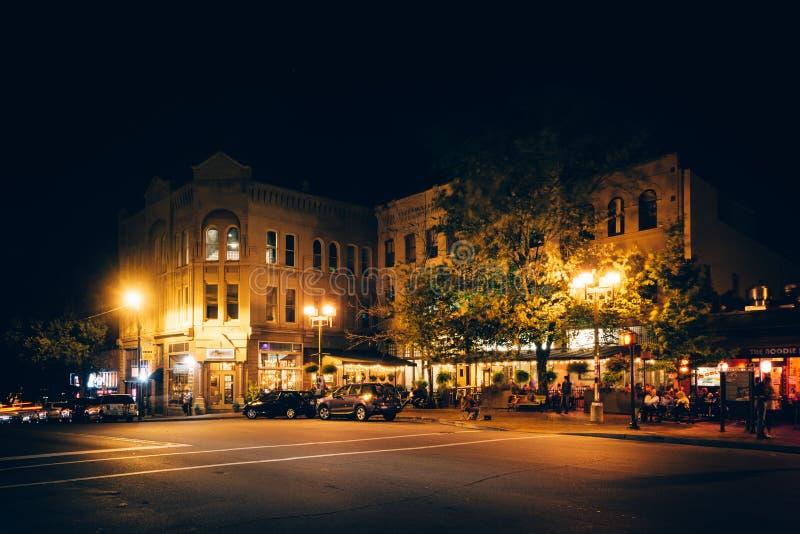 在百老汇的大厦在晚上,在街市阿什维尔,北部汽车 免版税库存照片