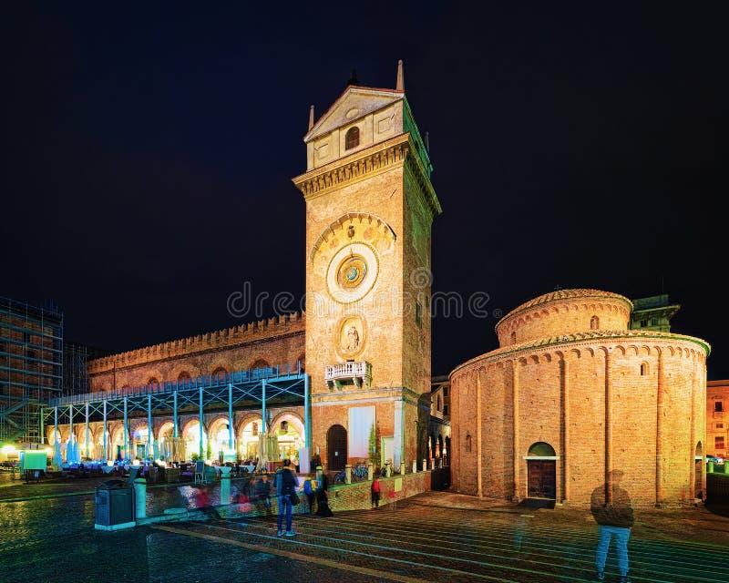 在百草广场的Rotonda圣洛伦佐在曼图亚晚上 免版税图库摄影