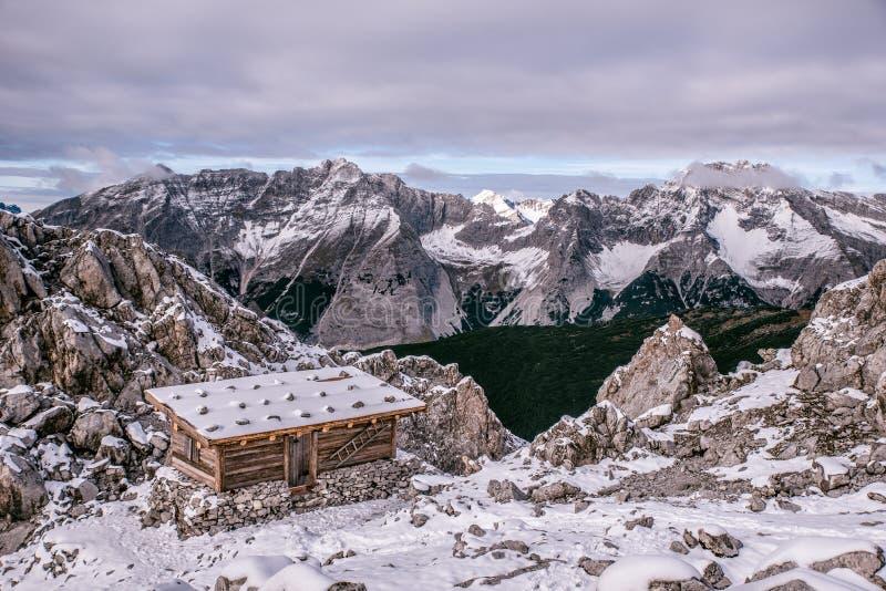 在的一个山小屋奥地利的阿尔卑斯冬天季节的在雪 在卡尔文德尔山脉山的Hafelekarspitze - Seegrube,因斯布鲁克, 库存图片