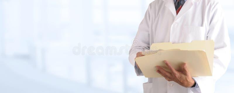 在的医生出于焦点医疗办公室背景 库存图片