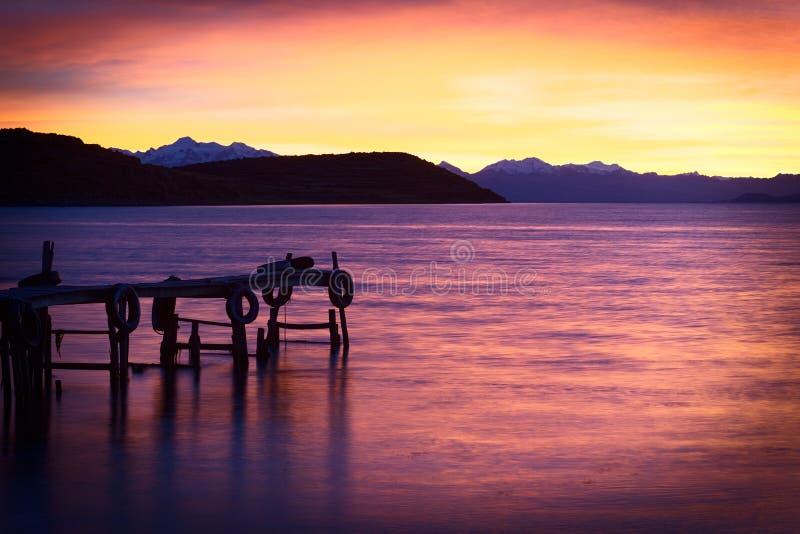 在的喀喀湖的日出在玻利维亚 免版税库存图片