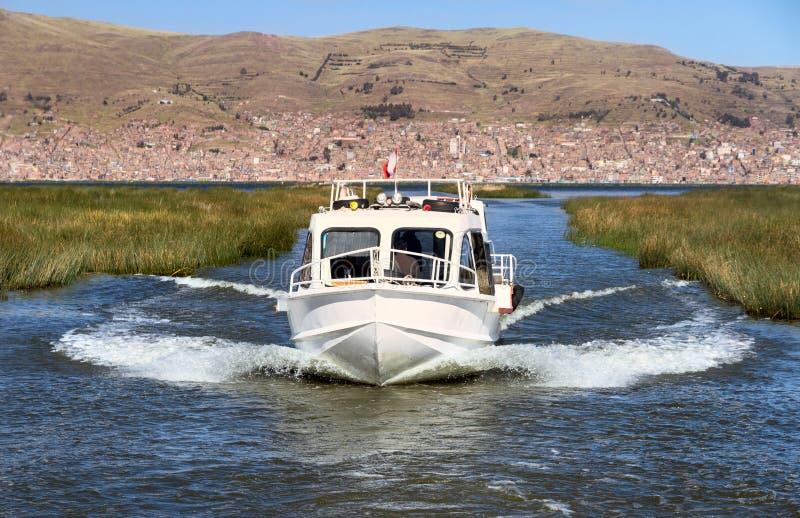 在的喀喀湖,秘鲁的一个汽船 库存图片