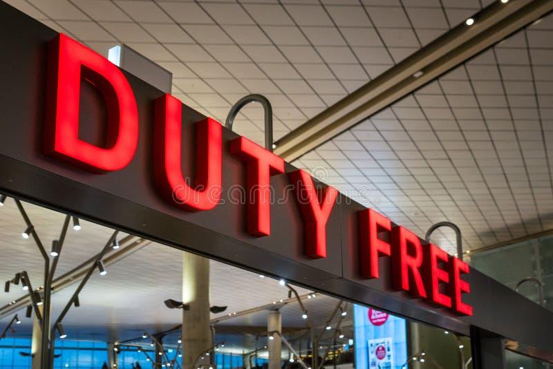 在的国际机场里面的免税店标志 图库摄影