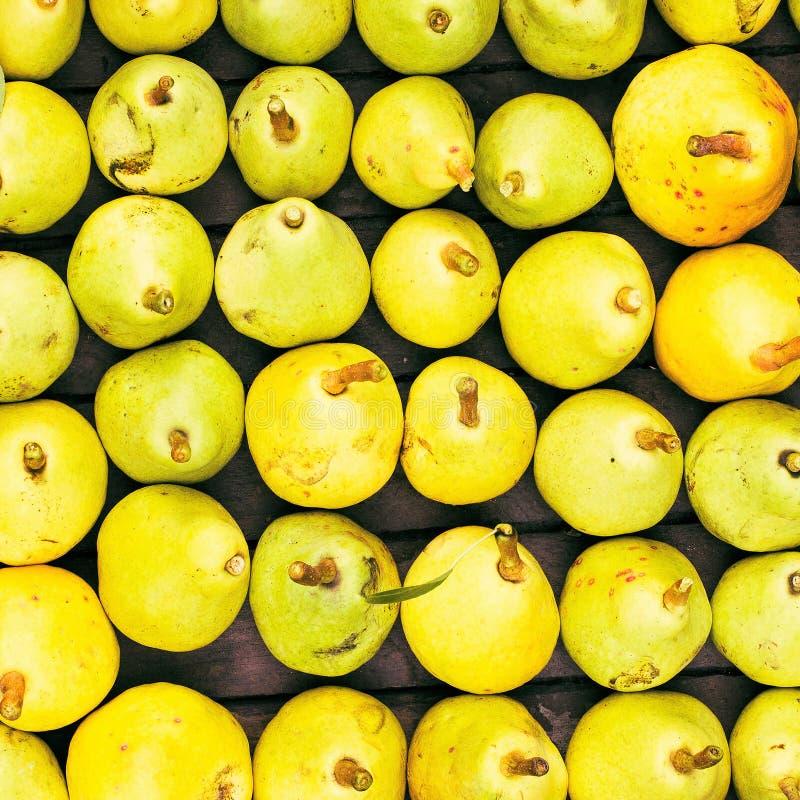 在的新近地被采摘的黄色梨famers销售特写镜头,也许使用 免版税库存图片