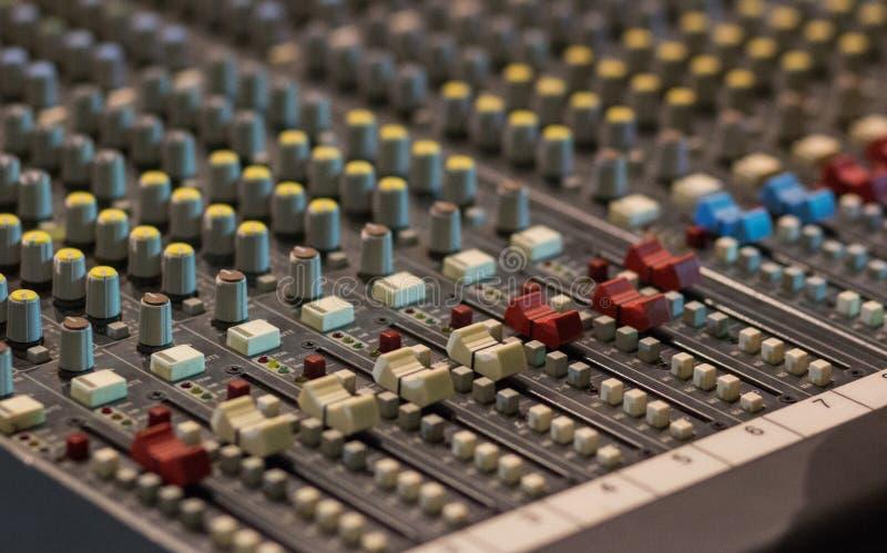 在的特写镜头一个混合的控制台的滑子 它为音频s使用 图库摄影